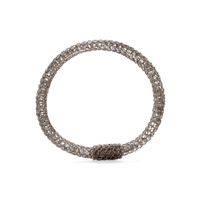 Bracelet brodé. Réalisé à la main au fil d'argent 950/000 oxydé.